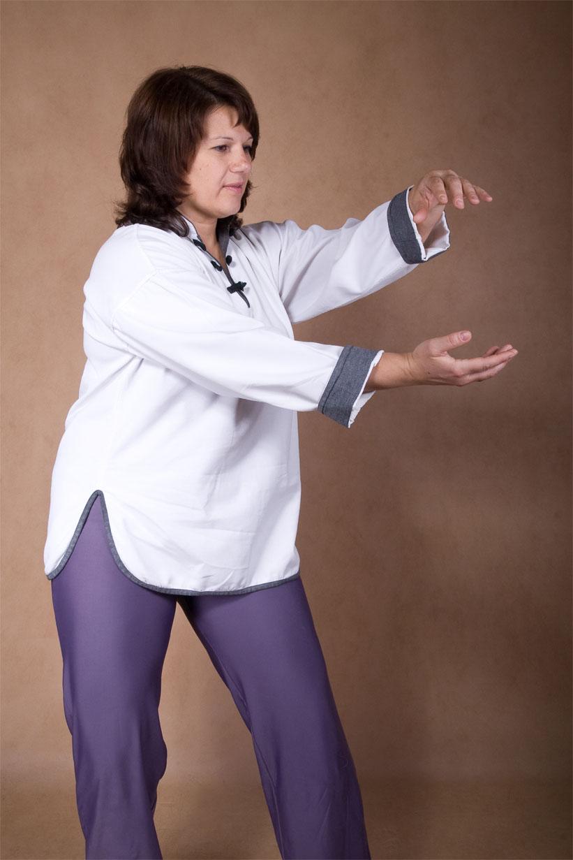 Вязаный двухцветный пуловер спицами Topside с рельефными планками с описанием от дизайнера Amy Herzog